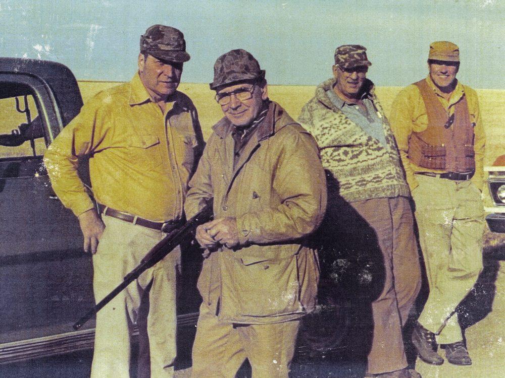 Glen et Ralph Michelson ont organisé, dans le Sud de l'Alberta, de nombreuses et fructueuses opérations de chasse à la sauvagine et aux oiseaux des terres hautes, notamment cette expédition de 1981 près de Foremost. Sur la photo, de gauche à droite : Ralph Michelson, Angus Gavin, ex directeur général de CIC, Fred Sharp et Glen Michelson.