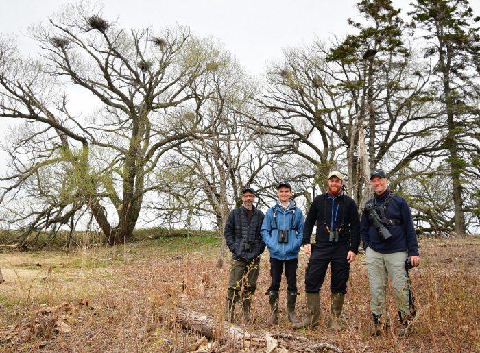 Les membres de l'équipe des Z'Ailés sur l'île aux Loups Marins, le site choisi pour leur Grand Défi. De gauche à droite : Steeve R. Baker, Gabriel Beaupré-Lacombe, Rémi Bédard et Patrice Babeux.