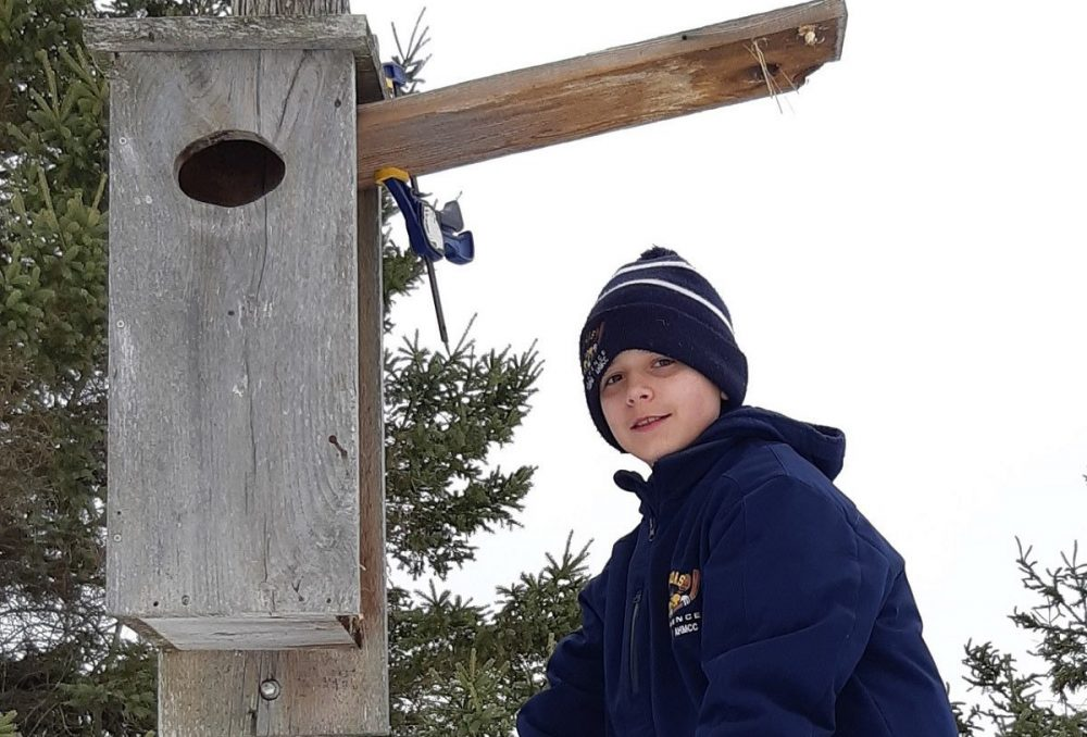 Un héro des milieux humides, Liam McMullen s'est porté bénévole pour nettoyer les nichoirs de canards dans un CEMH d'Ottawa