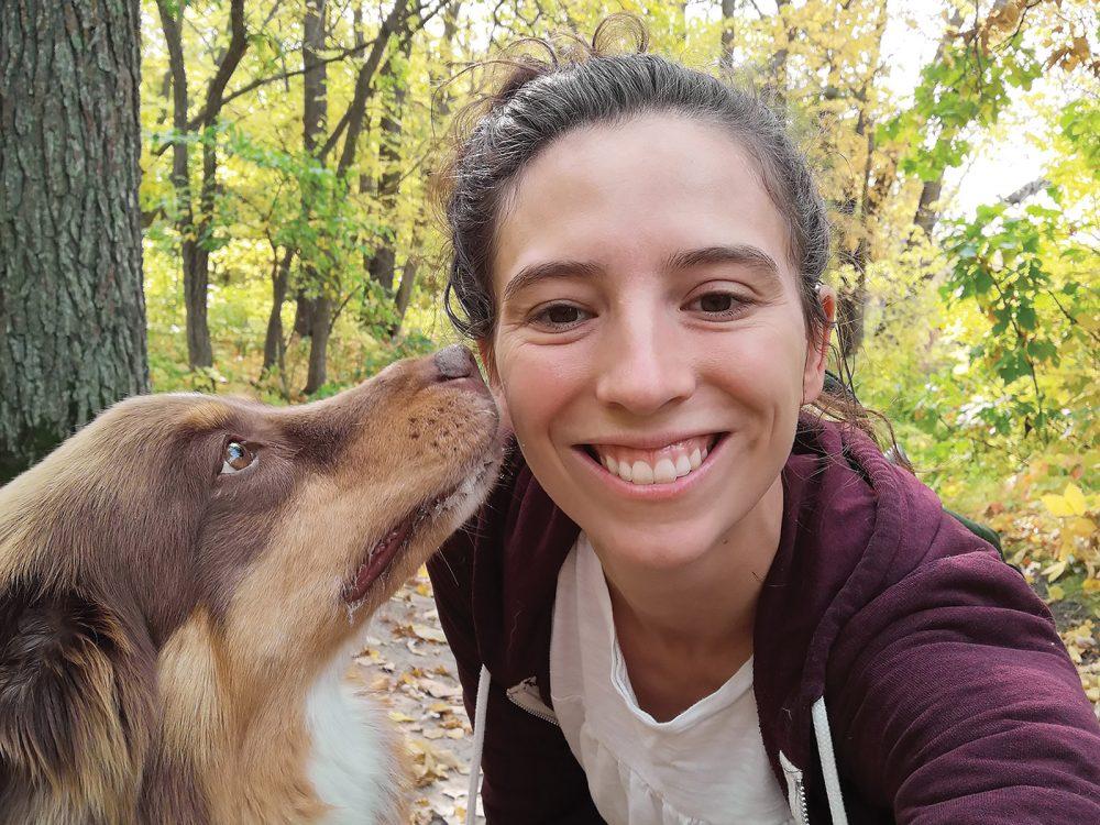 Mariane Bolla, chef de l'éducation de CIC (avec son chien), travaille avec son équipe afin de préparer la jeune relève de conservationnistes.