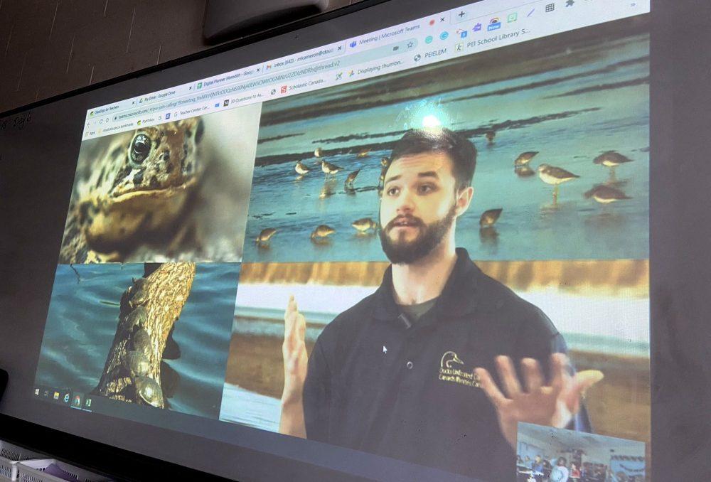 AlexandreHaché présente un captivant exposé virtuel sur les milieux humides à une classe d'élèves de la quatrième année dans l'Île-du-Prince-Édouard. CIC est en train de maîtriser la technologie pour offrir à un plus grand nombre d'élèves des cours de formation sur les milieux humides.