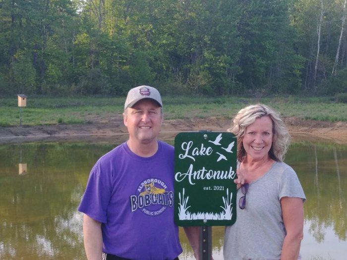 Scott et Linda Dunn ont aménagé, aux abords du lac Érié, un nouveau milieu humide modeste sur le domaine agricole familial. Ce nouvel habitat viendra capter et filtrer les eaux de ruissellement en surface avant qu'elles se déversent dans le lac.