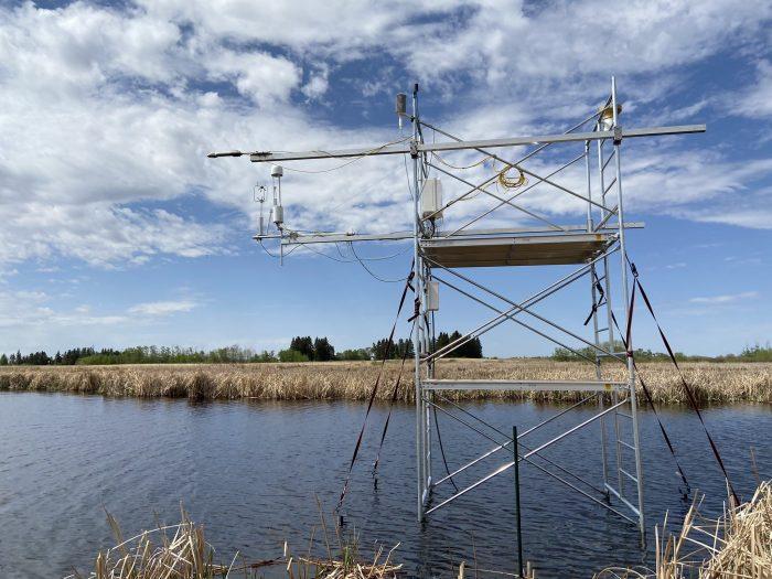 L'étude a aussi révélé qu'il y a toujours des lacunes dans les données existantes. CIC et d'autres partenaires chercheurs tâchent de corriger certaines de ces lacunes. La tour de flux représentée dans cette photo est l'une des deux tours installées sur le site de surveillance des milieux humides des prairies, dans le Sud-Ouest du Manitoba. On est en train d'en installer d'autres dans les marais salés côtiers de la Colombie-Britannique, ce qui permettra à des scientifiques comme Pascal Badiou de quantifier le courant de dioxyde de carbone et de méthane produits dans ces types de milieux humides et d'éclairer les décisions conservationnistes afin de faire fructifier au maximum nos travaux.