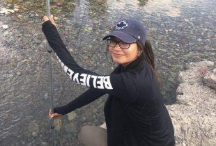L'Héroïne des milieux humides de Waswanipi met au jour le plastique enfoui dans les cours d'eau