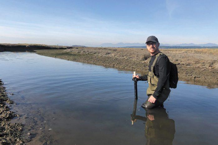Matt Christensen, spécialiste de la conservation de CIC, plongé dans ses travaux de recherche sur l'élévation du niveau des mers dans le delta du fleuve Fraser.