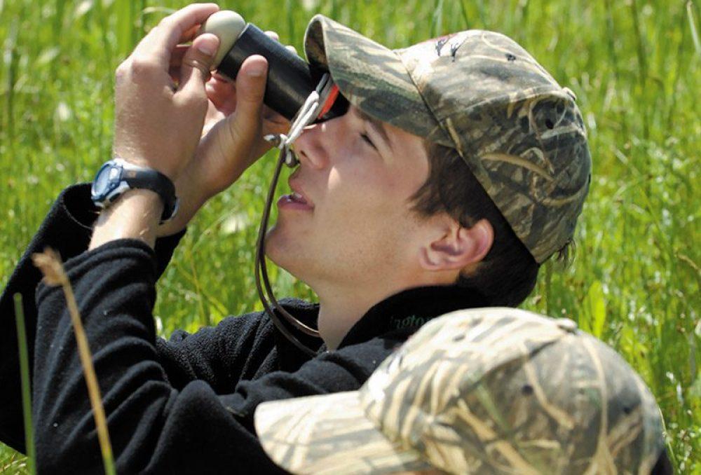 Le jeune Mitch Weegman mire l'œuf d'un fuligule avec son frère jumeau Matt. Tous deux enthousiastes et avides de connaissances à propos du règne de la nature, ils ont commencé à s'intéresser aux canards.