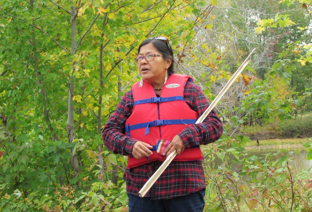 Cecelia Brooks s'adresse à ceux et celles qui participent à la récolte du riz sauvage.